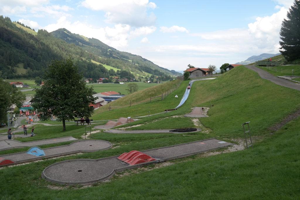 Minigolf en zomerrodelen bij het dalstation in Oberstaufen.