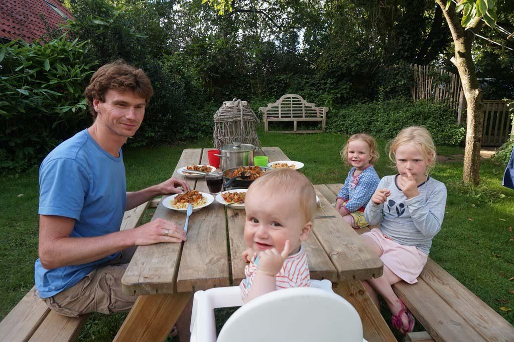 Eten aan de picknicktafel