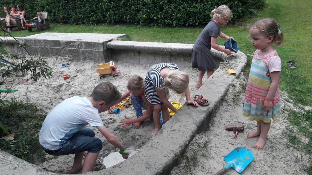 Modder maken in de zandbak