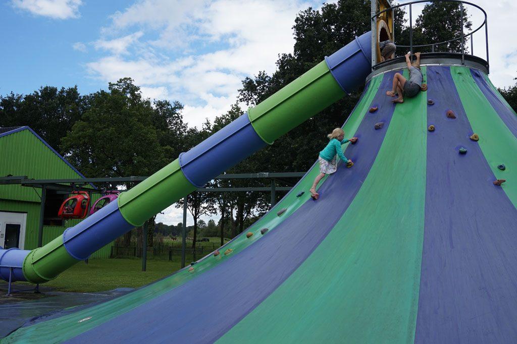 Spelen op de klimtoren op Landgoed Nienoord