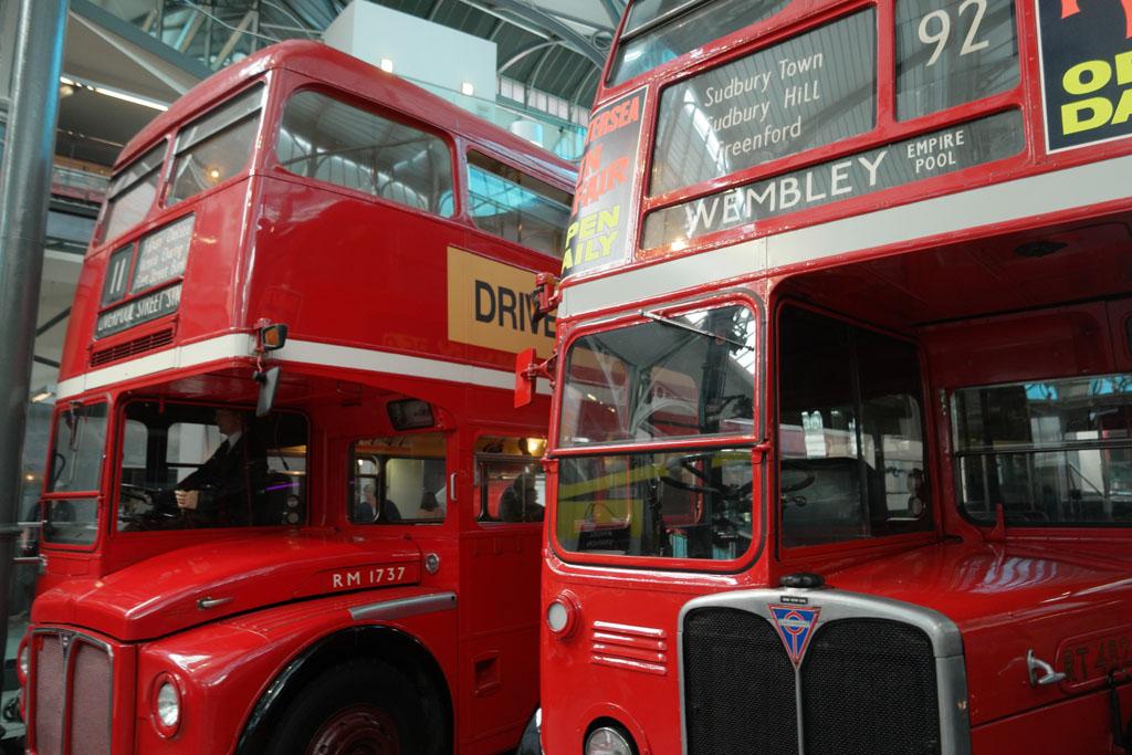 De bekende rode dubbeldekkers staan ook in het Transport Museum in Londen.