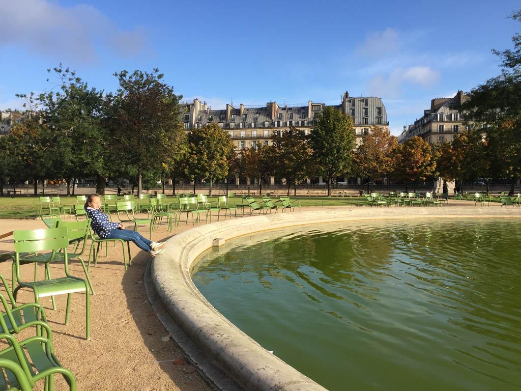 Via Jardin des Tuileries lopen we naar het Louvre.