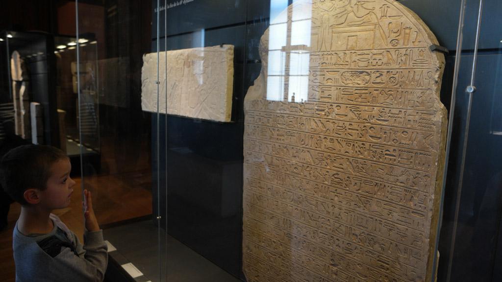 Egyptische tekens bestuderen.