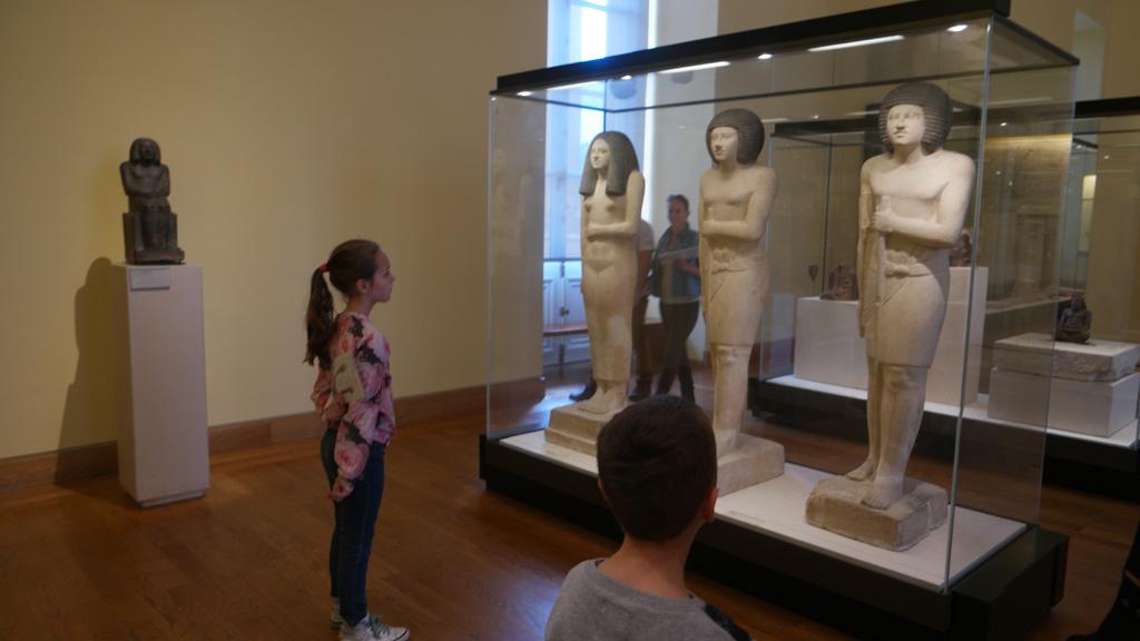 Onder de indruk van de bijzondere houdingen van de Egyptische beelden.