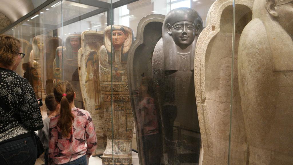 Rijen sarcofagen.