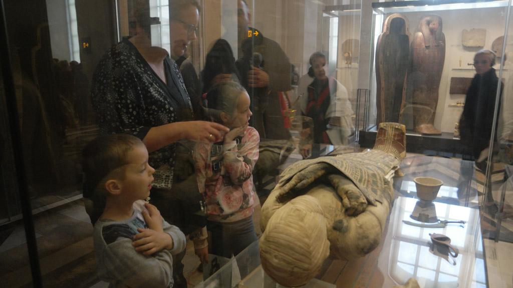 Camiel is onder de indruk van de houding van de mummie.