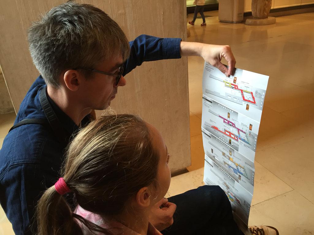 Tijdens een bezoek aan het Louvre met kinderen heb je de plattegrond zeker nodig.