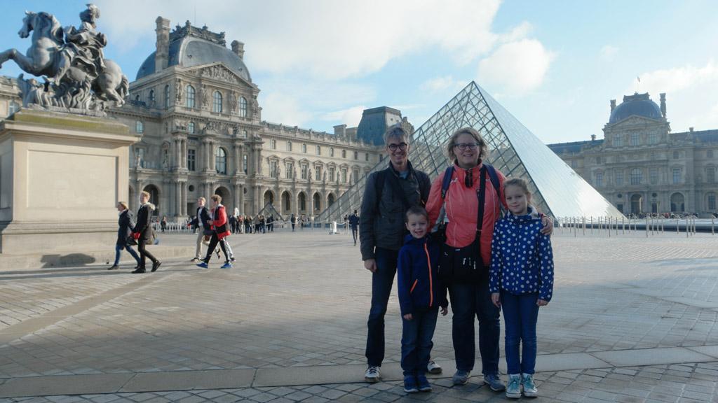 Toeristenkiekje voor het Louvre.
