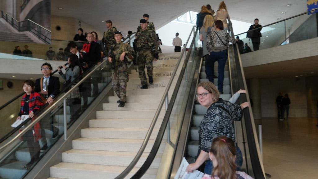 Er zijn niet alleen gewone toeristen in het Louvre. Veiligheid voor alles...