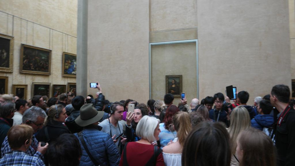 Drukte bij de Mona Lisa.
