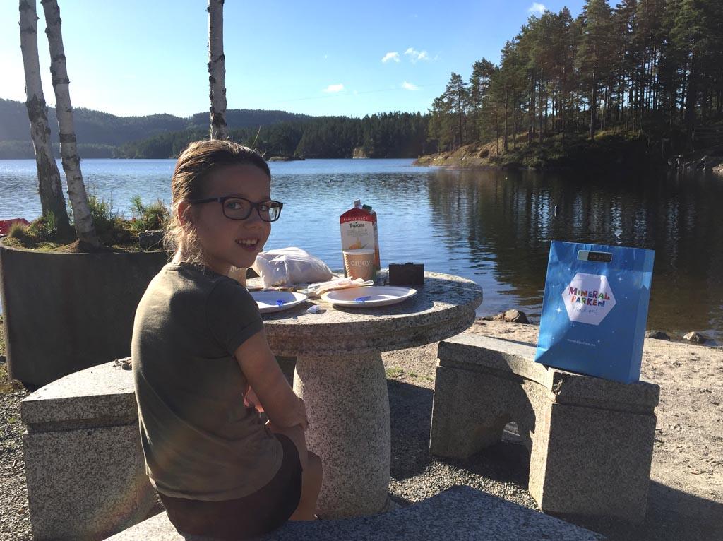 Ontbijten aan het meer in Mineralparken