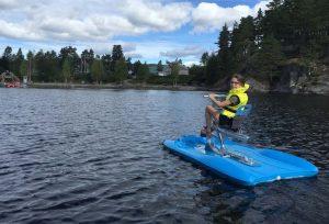 Roos vindt het prima om alleen op een waterfietsen op het meer te fietsen in Mineralparken