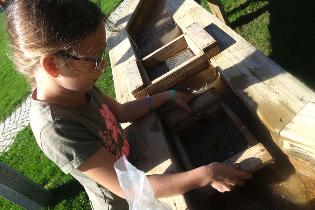 Roos gaat met een zeef op zoek naar de mineralen in Mineralparken