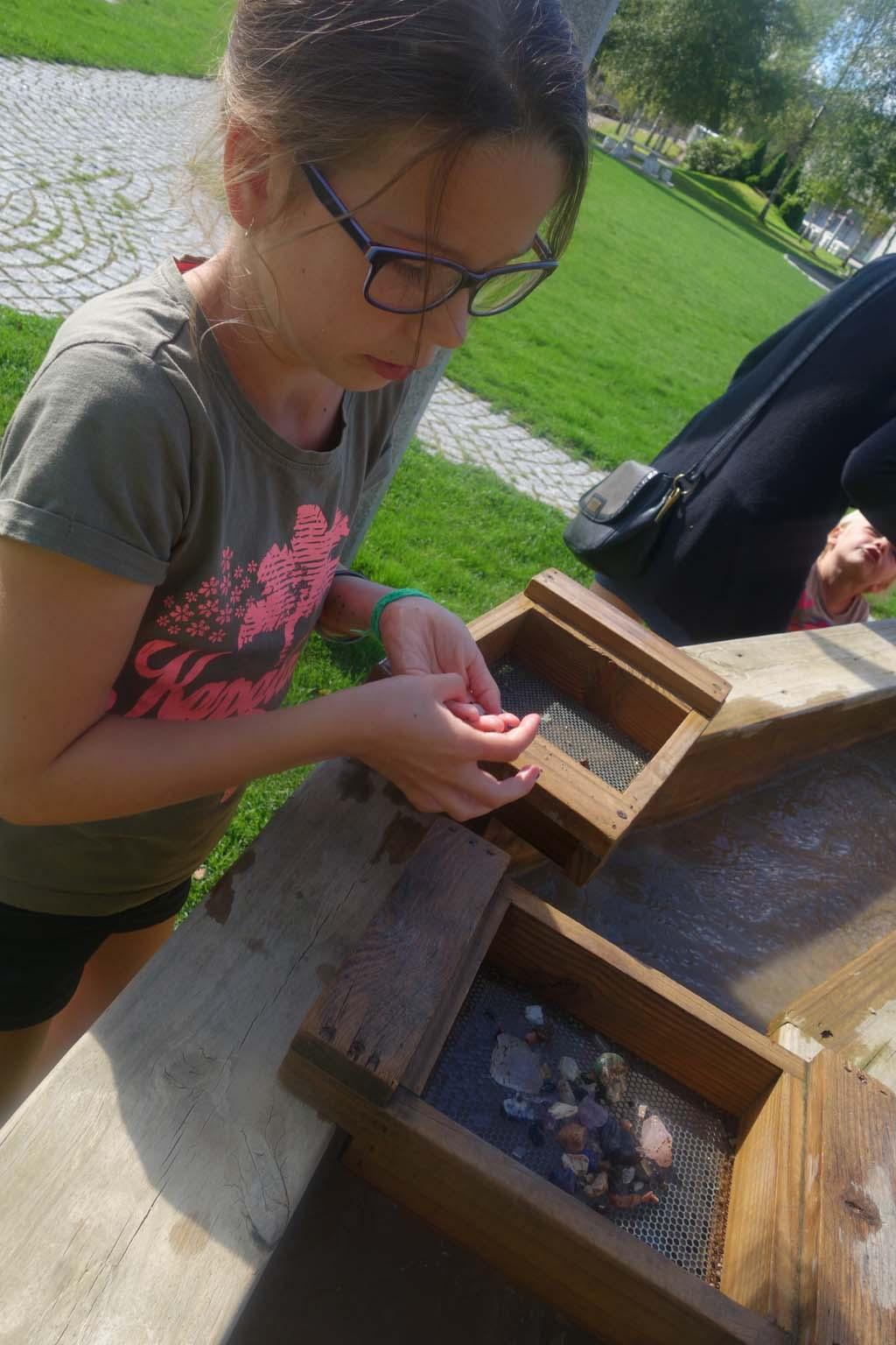Roos bekijkt haar gevonden schatten in Mineralparken