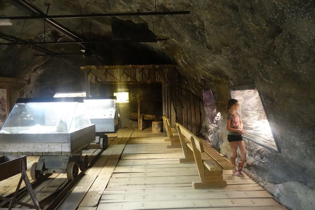 De museumgangen in Mineralparken zijn ingericht als mijngangen, mineralen liggen tentoongesteld in oude mijnwagentjes.