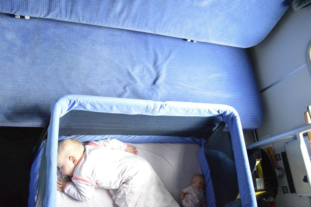 Een babybedje in de nachttrein.