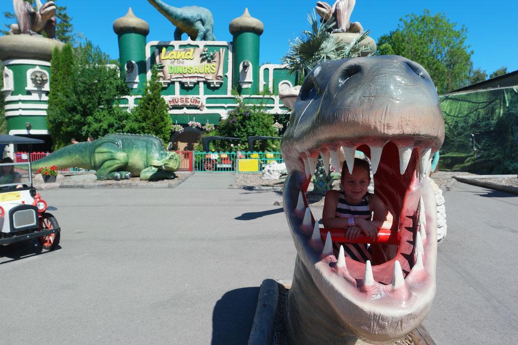 In het pretpark-gedeelte gaan we vrolijk verder met de dino's.