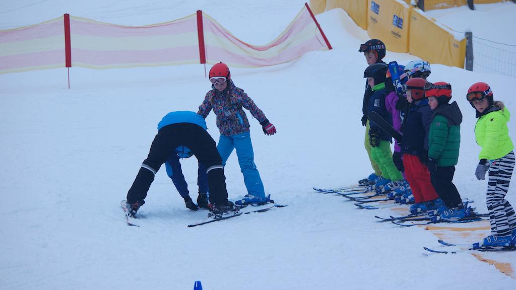 De eerste keer een pizzapunt maken met de ski's valt niet mee.