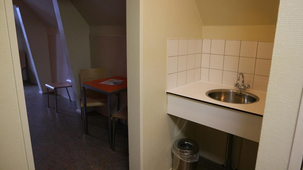 In het halletje is de wastafel, het toilet en de douche te vinden.