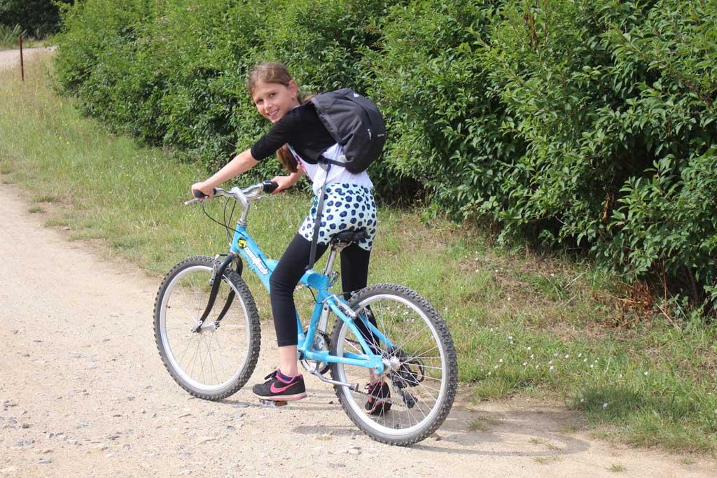 En ja, ook meisjes klimmen graag op een mountainbike (foto: Jolinda).