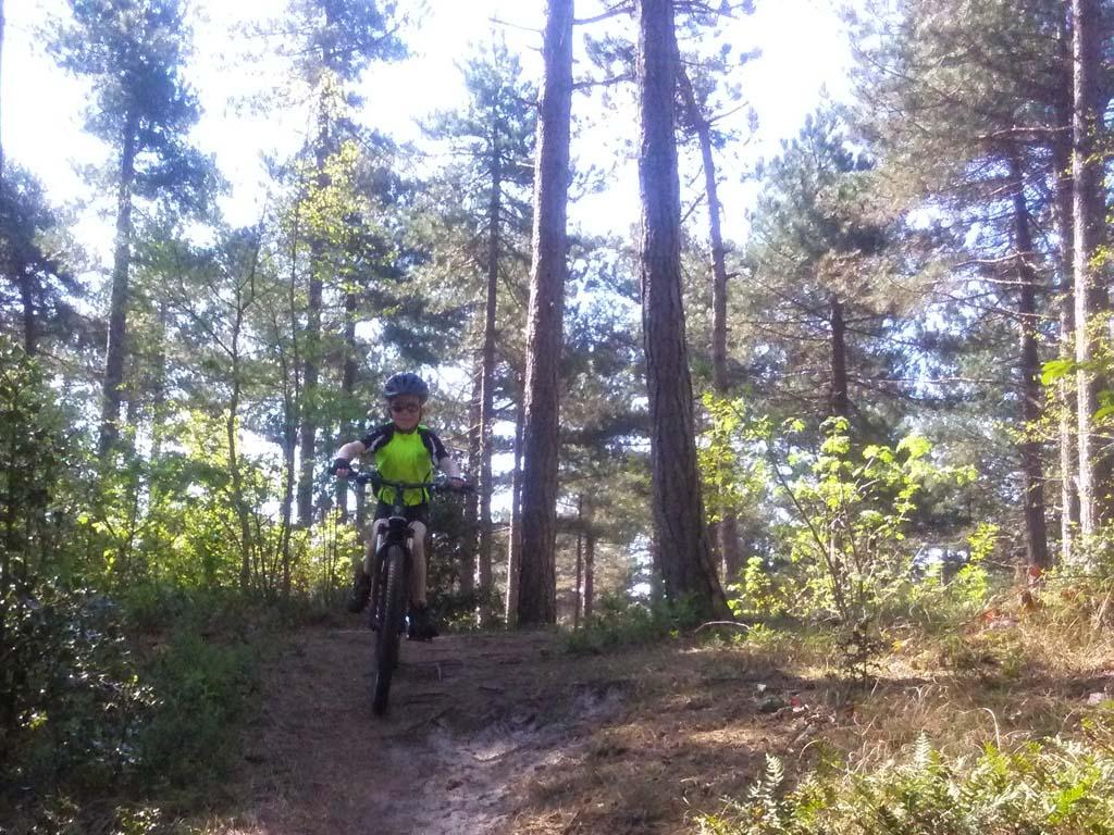Ook heel stoer: mountainbiken tijdens de vakantie (foto: Suzanne).