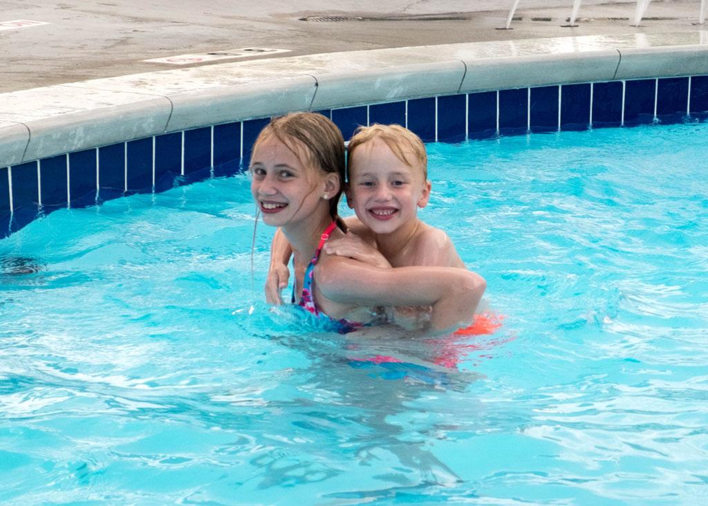 Een zwembad of andere zwemgelegenheid is voor de meeste pre pubers een echte must (foto: Iris).