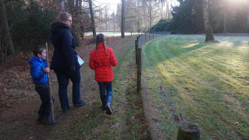 Lopend langs de prive tuin van Landgoed Amelte.