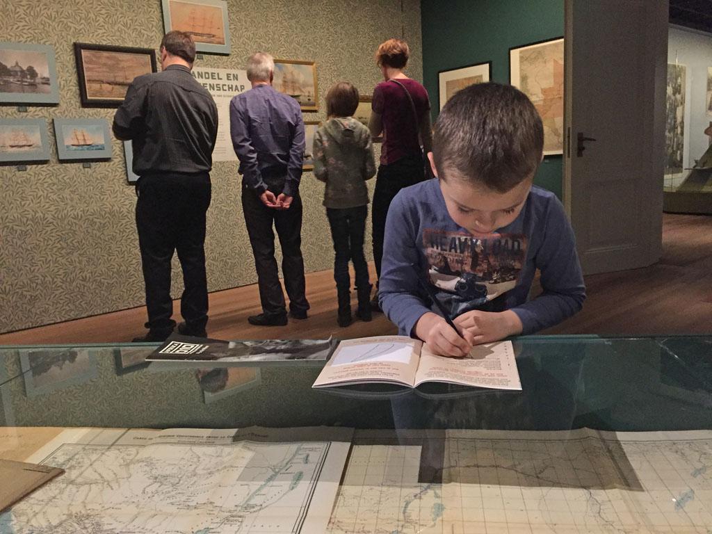 In het Wereldmuseum mogen de speurtochtboekjes gewoon op de vitrine worden gelegd.