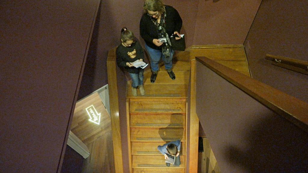In het trappenhuis bekijken we de muziekinstrumenten.