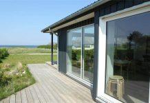 Vanuit dit vakantiehuis in Denemarken heb je uitzicht op het strand.