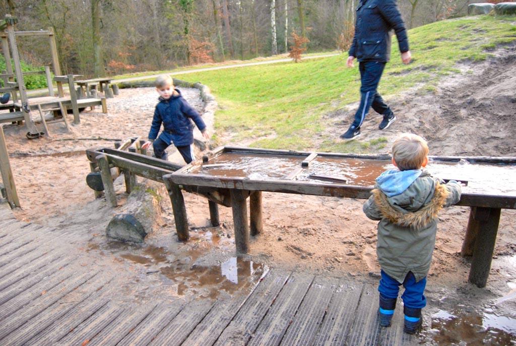 Na drie minuten zitten de jongens al onder de modder. Tip: neem een extra setje kleding mee.