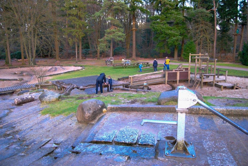 'Pompen, mama!' Kinderen spelen graag op en rond deze speelplaats, met als middelpunt de waterpomp. In de zomer is een bezoek aan de waterspeelplek ook een hit.