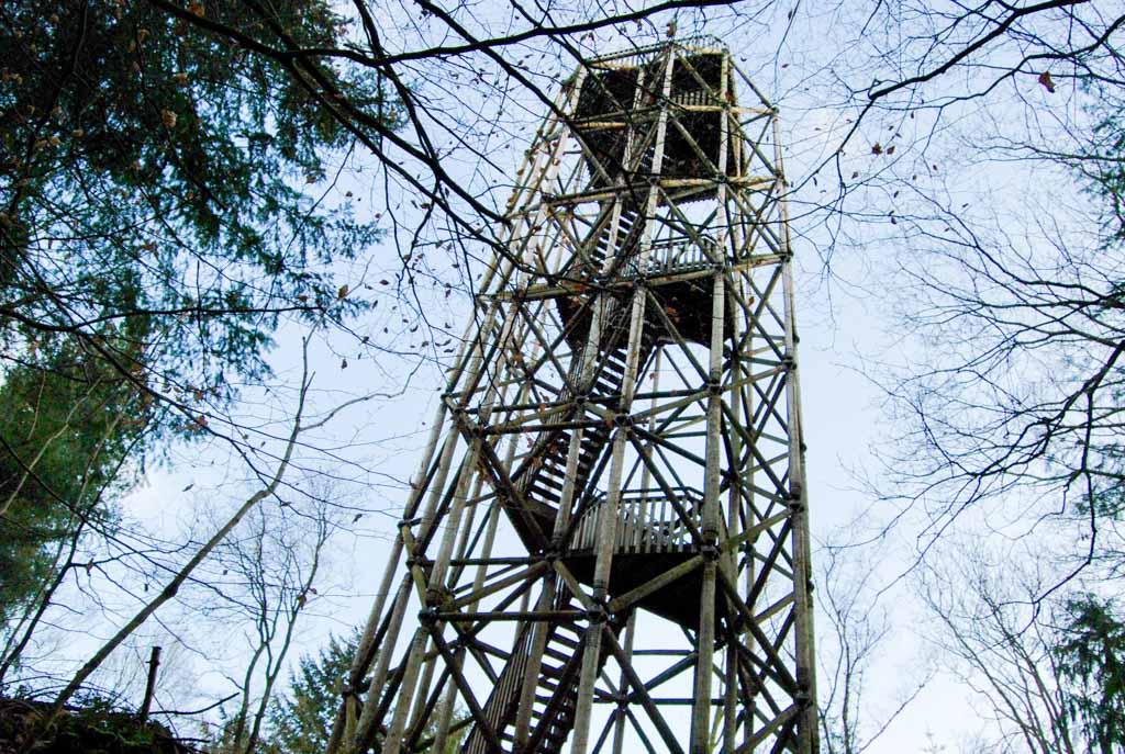 De klimtoren is 26 meter hoog en staat op een heuvel van 9 meter. Een mooi klimmetje.