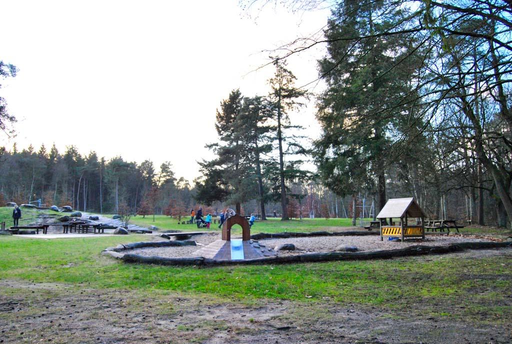 Op de waterspeelplek in Stadspark Berg en Bos kunnen kinderen zich de hele dag vermaken.