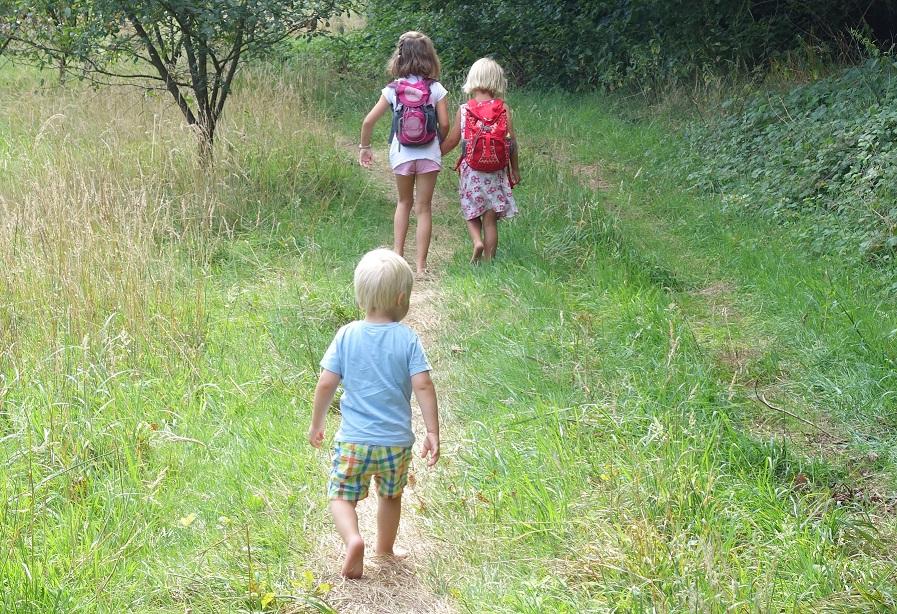 Blote voetenpaden zijn aantrekkelijk voor kinderen van alle leeftijden.