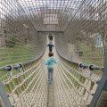 Deze touwbrug is een van de hoogtepunten van Parc Chlorophylle