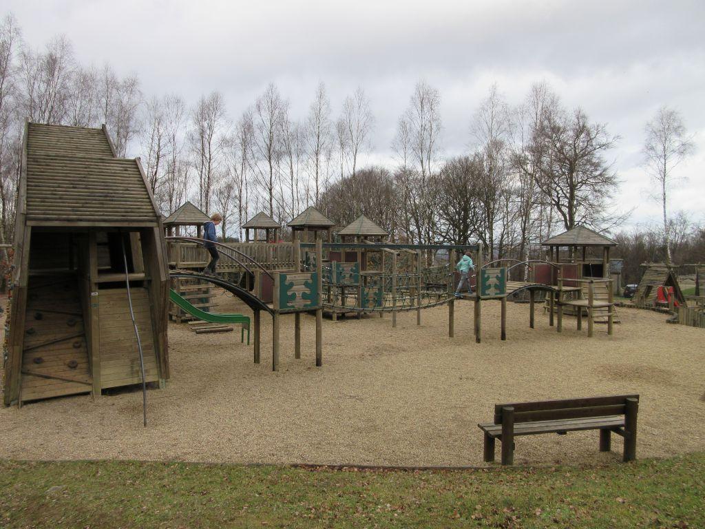 Bij de ingang/uitgang is de speeltuin gesplitst in een deel voor jongere kinderen en een deel voor oudere kinderen