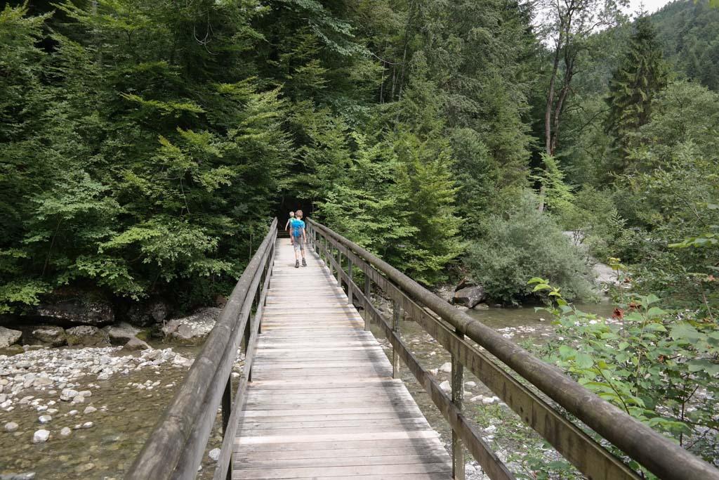 De brug aan de andere kant van de Staufensee.