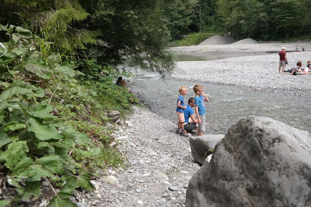 Spelen met de stenen bij de Staufensee.