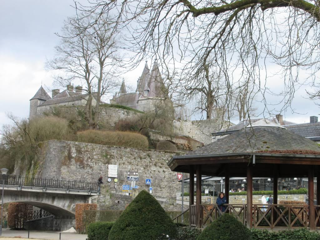 Vanaf het centrale plein in Durbuy zie je het kasteel op de hoge rots
