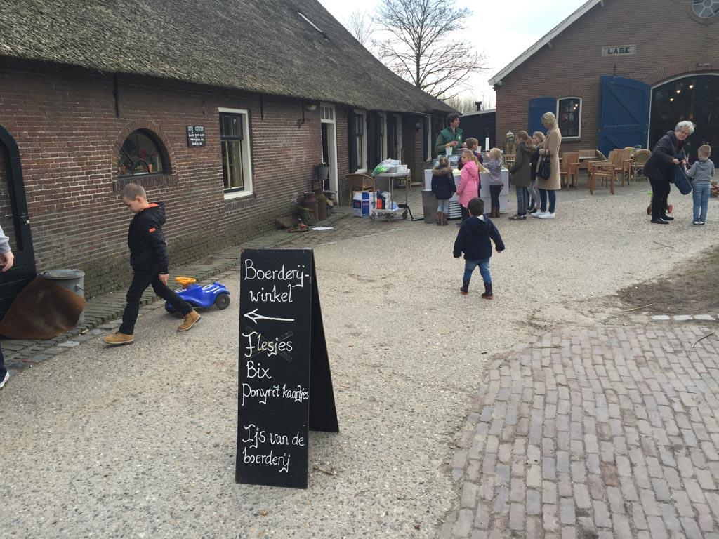 Bij de boerderij winkel kan je ook flesjes kopen voor de geiten of tickets voor een pony ritje.