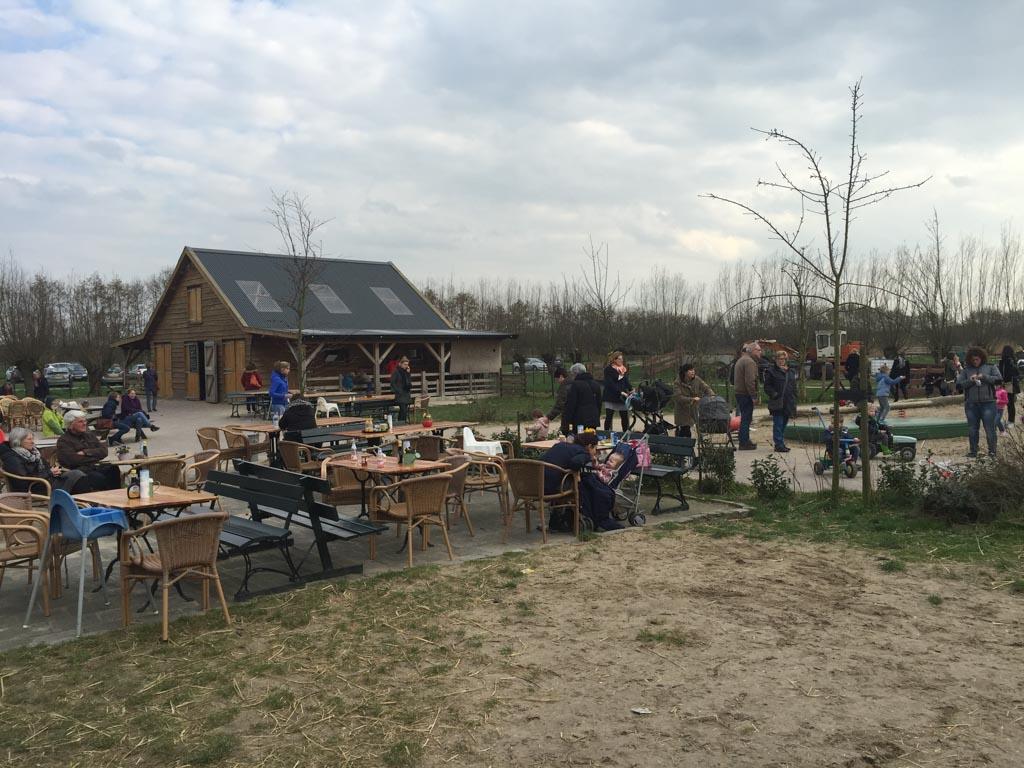 In de zomer zijn er ook voldoende terrassen bij Geitenboerderij Geertjes Hoeve.