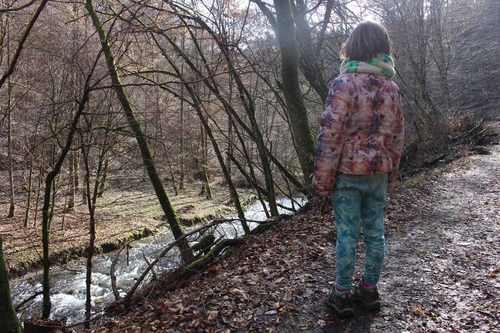We lopen een heel stuk langs het water.