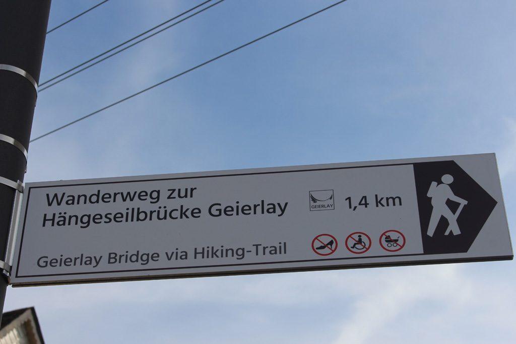 Het is vanuit Monsdorf een kleine wandeling naar de hangbrug.