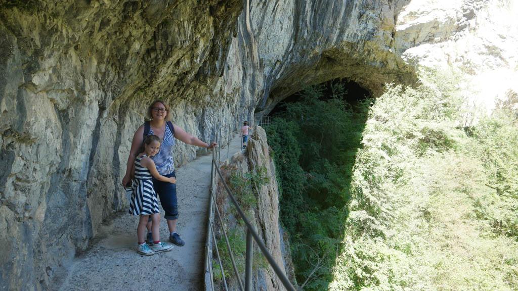 We lopen via een pad langs de rotswand.