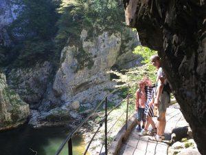 We waren al onder de indruk van de grot. Maar de zinkhol waar we daarna inkomen is ook indrukwekkend.