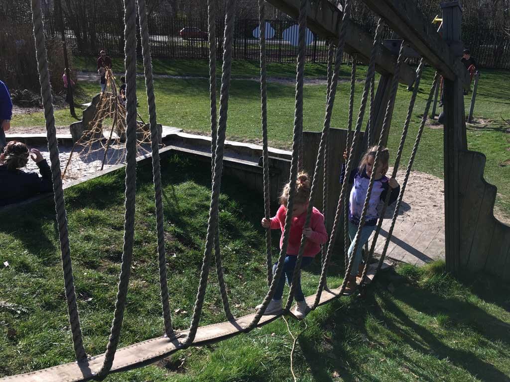 Omhoog via een touwbrug