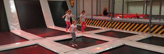 Springen bij Jump XL, een groot trampolinepark voor kinderen