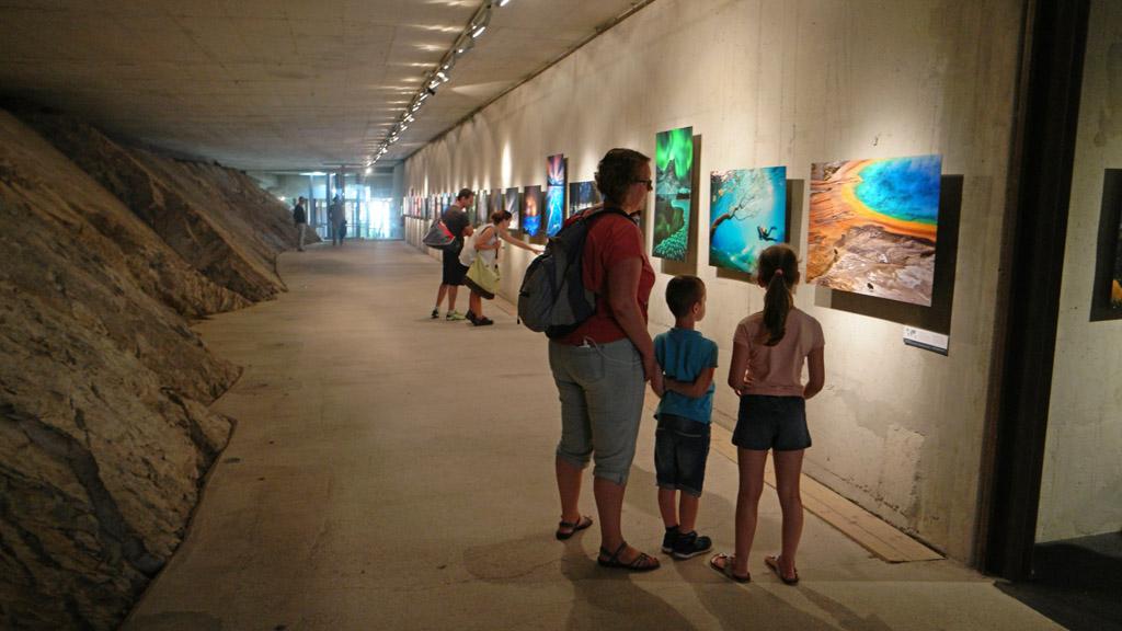 In de ondergrondse tentoonstellingsruimte is tijdens ons bezoek een fototentoonstelling.