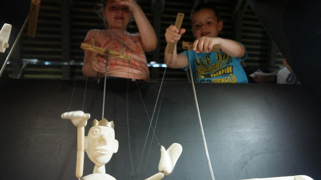 Spelen in het poppenmuseum.